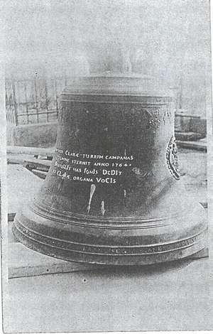 Zvon po svěšení z věže před kostelem
